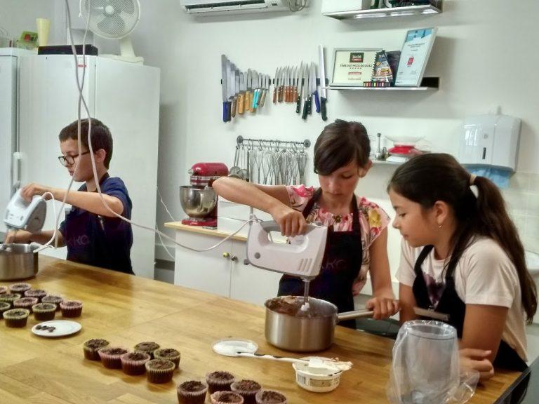 Csokis cupcake sütése a Yokka Desszertműhelyben